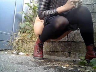 Girls Peeing Outside 12 hidden cam pissing voyeur video